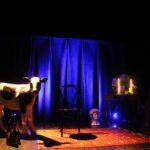 Kalven Birger står och väntar på att föreställningen ska börja.
