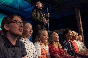 """""""Apelsinträdet är en stark pjäs som Stadragänget med enkla sceniska medel förvaltar utmärkt"""" Ystads Allehanda"""
