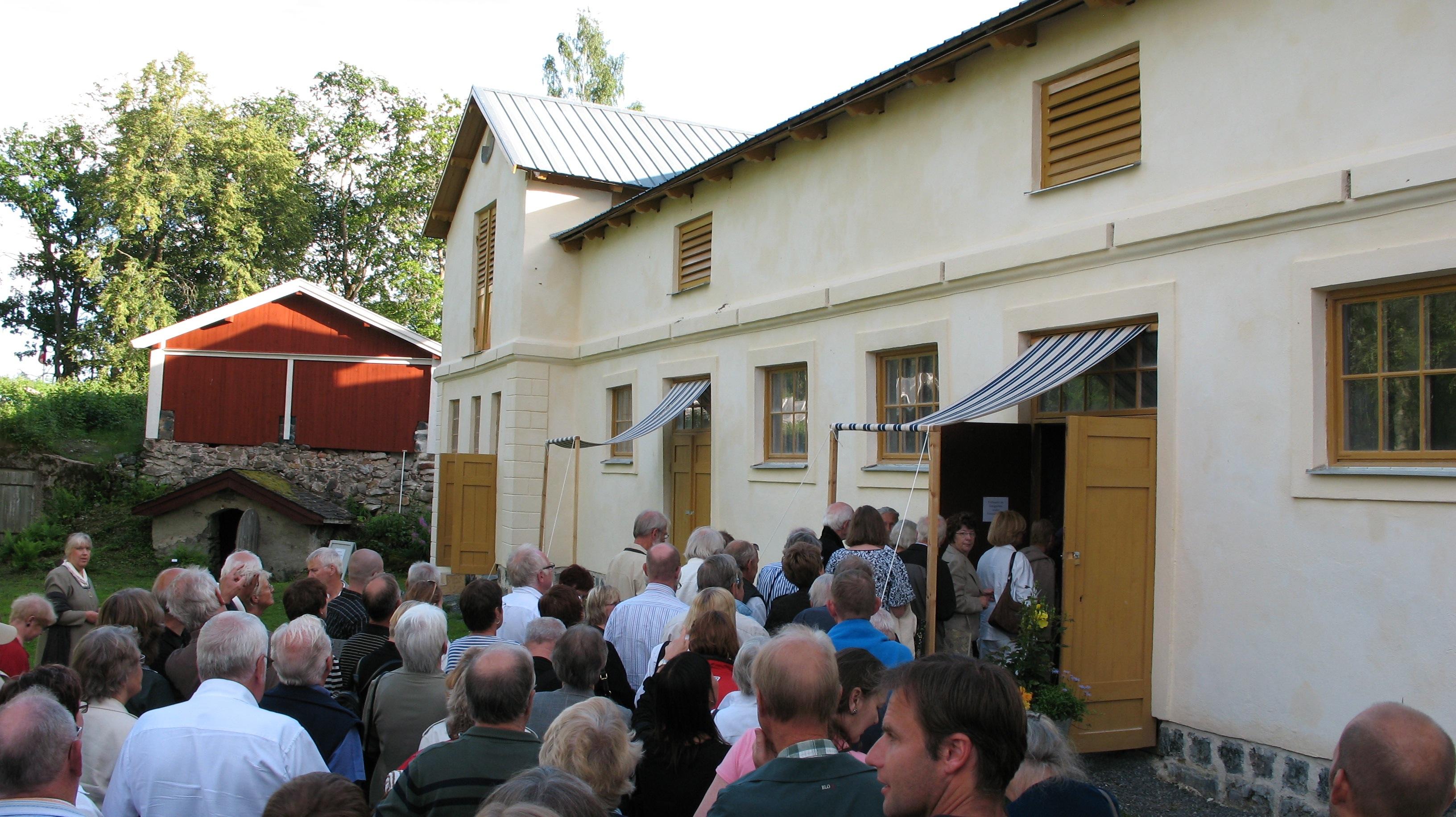 Publik går in på Stadra Teater